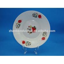 Фарфоровая тарелка с цветочным декором