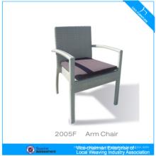 Jantando a cadeira de vime do braço do Rattan da mobília com coxim de 5cm