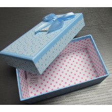 Caja de regalo de papel con mariposa de cinta