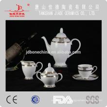 Conjunto de vajilla de porcelana de hueso fina al por mayor con mesa de centro de oro en relieve conjunto de taza de café y platillo conjunto