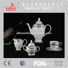 Louça fina de porcelana china conjunto com mesa de café dourada em relevo definir xícara de café e pires conjunto