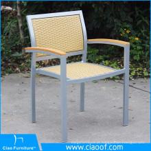 Mão tecendo cadeiras de jardim ao ar livre