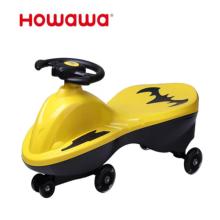 Les enfants de style Batman tordent les jouets de voiture