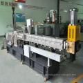 gránulos plásticos que hacen la máquina