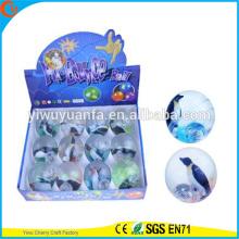 Высокое качество детские игрушки резиновая 65мм Пингвин мигает воде надувной мяч