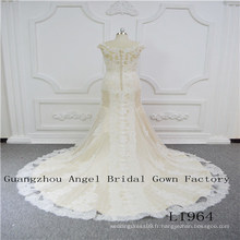Sans manches avec une robe de mariée en dentelle parfaite