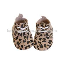 Zapatos de caminante de bebé de diseño de leopardo de cuero dorado