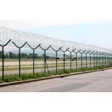 Clôture d'aéroport / prison avec le fil barbelé