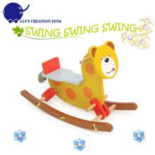 Crianças feliz urso de madeira brinquedo cavalo de balanço