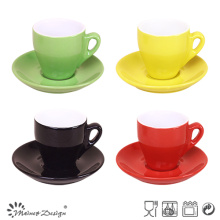 Taza de café de dos tonos y platillo
