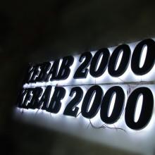 Letras de canal al aire libre LED encendidas