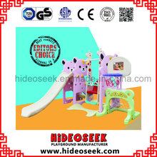 Diapositiva y diapositiva del bebé con aro de baloncesto