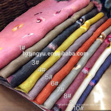 Fábrica de vender diretamente a moda de lã de seda mistura bordada flores hijab cachecol