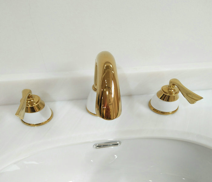 2017 Modern and New Design Basin Faucet with Double Handles