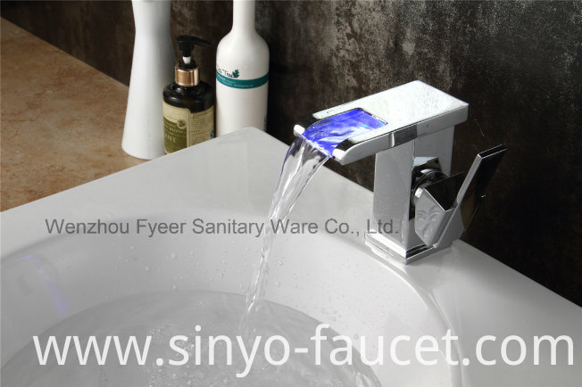 High Quality Single Handle LED Brass Waterfall Basin Faucet (QT14510F)