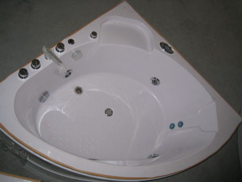 Small Size 135*135 Hydro Massage Indoor Bathtub (CL-336)