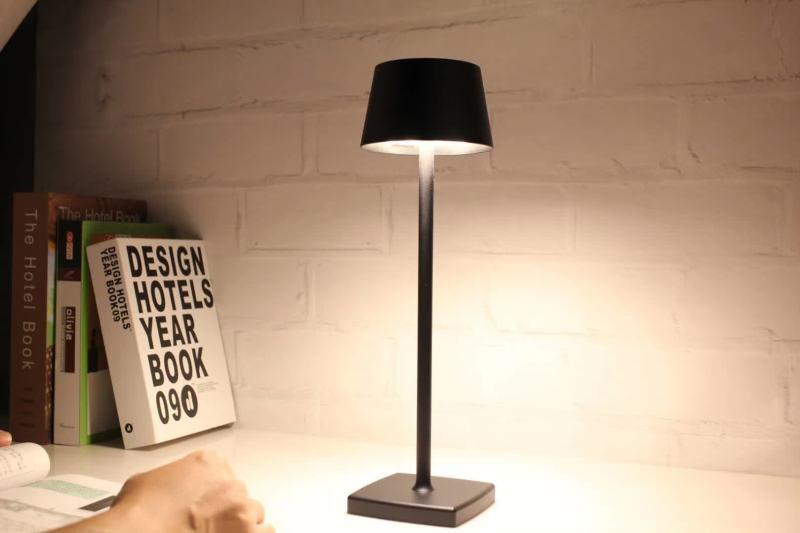 Dekorative goldene batteriebetriebene kabellose wiederaufladbare LED-Schreibtisch-Tischlampen mit Schirm aus goldenem Aluminium