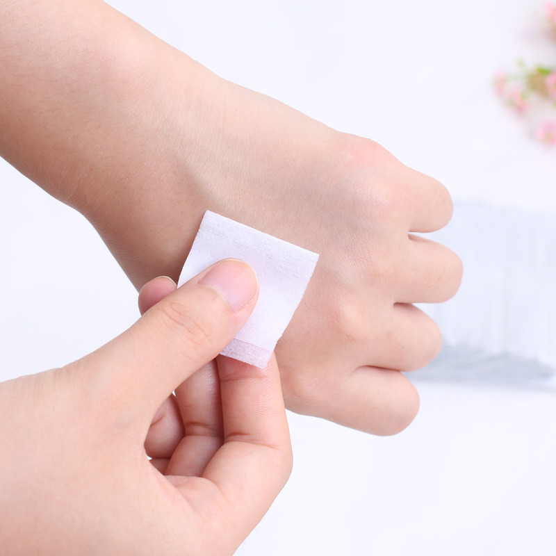 Pequenos pacotes de esponja médica para limpar primeiros socorros e lentes diretas para limpeza de tela