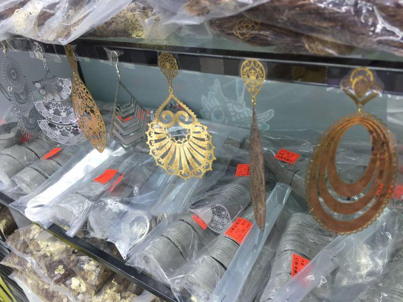 China Wholesale Bass Filigree Flower Embellishment Supplies