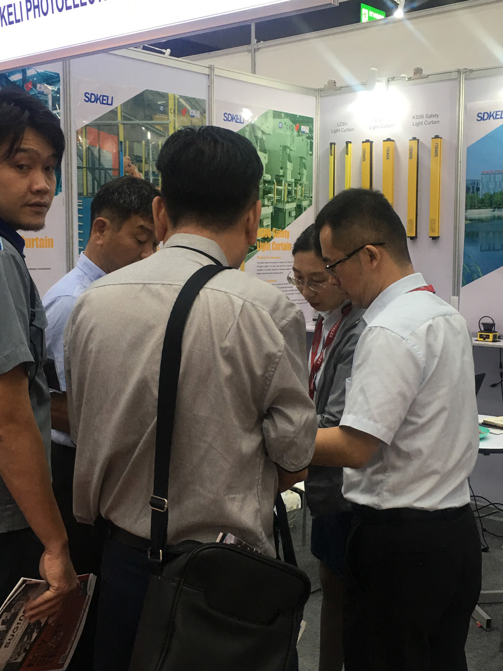 visitors at SDKELI booth to know about safety laser scanner and safety light curtain