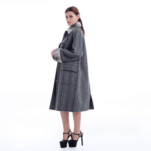 Cashmere coat with fur collar