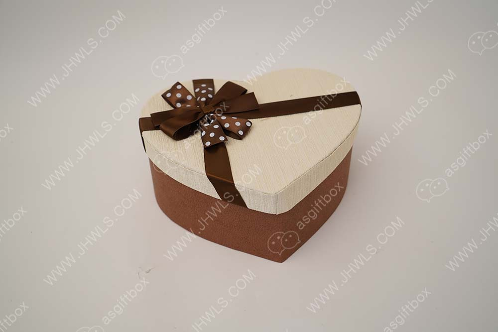 Ribbon spotted rice heart shaped gift box