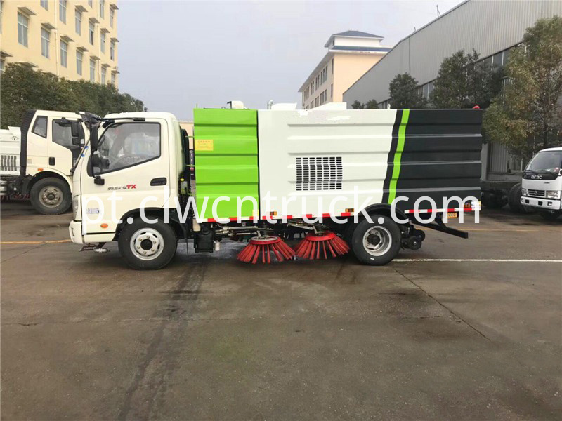 Road sweeping truck 3