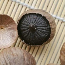 Peeled solo black garlic
