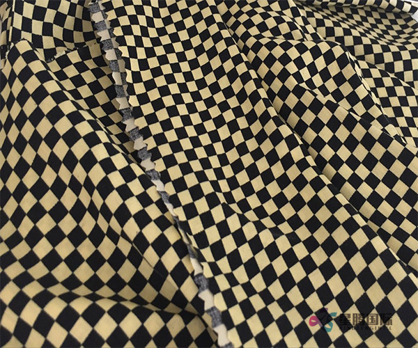 Fashionable Checkered Pattern Design 100% Rayon Woven Fabric (1)