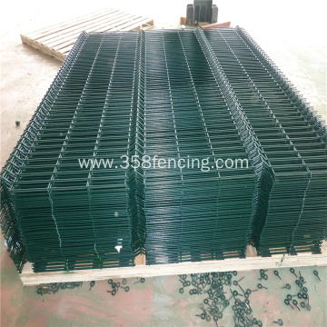High Performance Mesh Fence With Folds