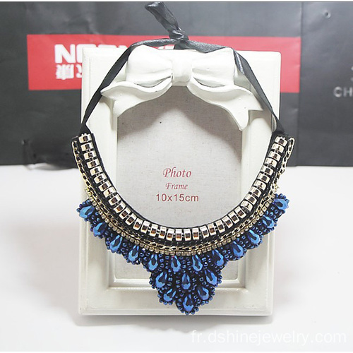 La main graine perle collier chaîne ruban noeud élingue