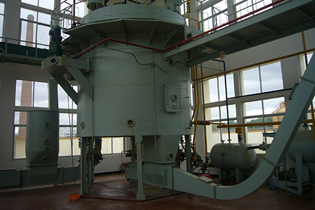 Horizontal rotating solvent oil extractor