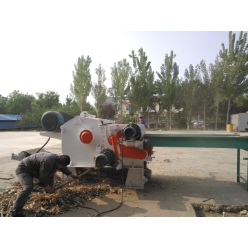 Forest tree processing wood chipping machine