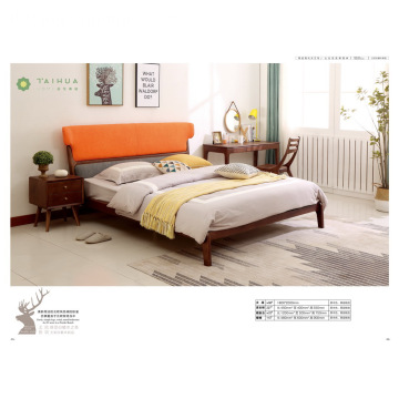Letto in frassino marrone scuro con cuscino arancione