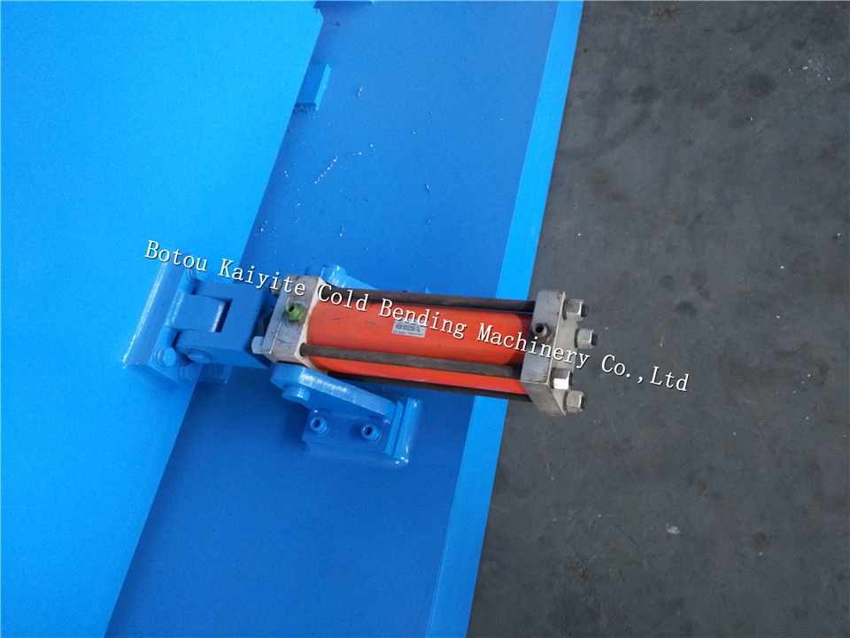 Automatic steel coil decoiler with expanding mandrel