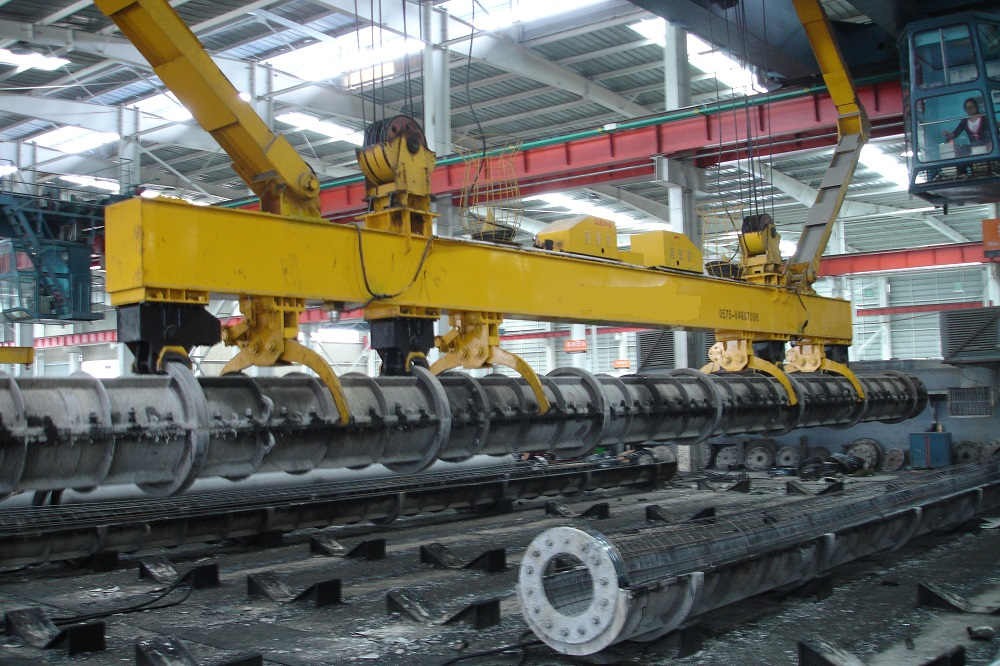 Auto-gripper of crane for spun pile mold