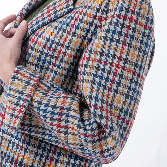 The back of a thousand-bird checked cashmere overcoat