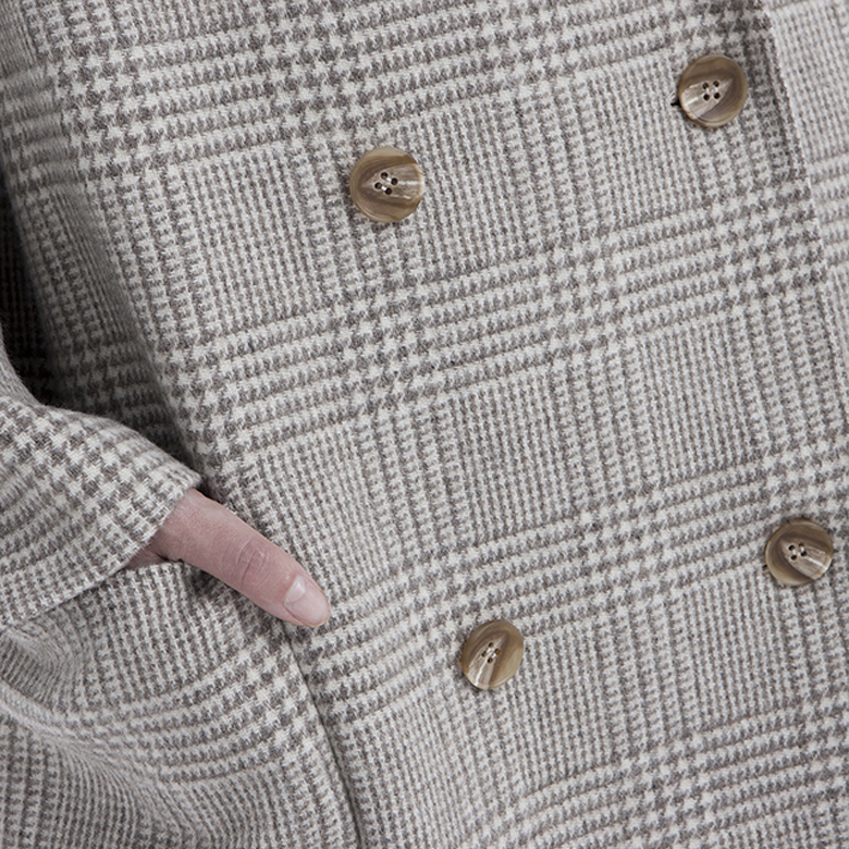 The buttons of the classic double-breasted cashmere overcoat for women