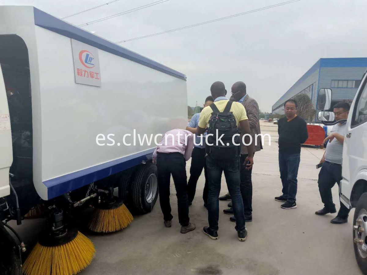 customer to buy road sweeper truck 5