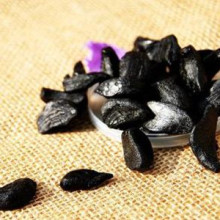 Sweet and sour taste -peeled black garlic