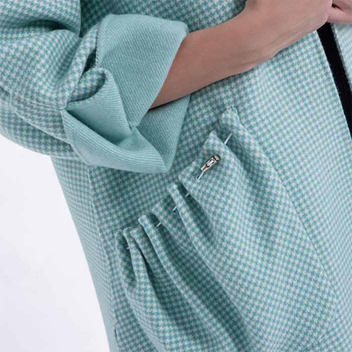 The sleeves of fashionable cashmere overcoat with lantern sleeves