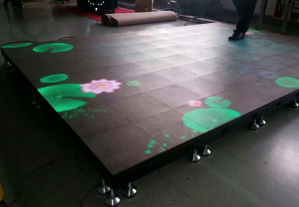 The special effect of floor tile screen in the stage performance has been used fully and vividly, creating an audio-visual feast that is magnificent and modern.